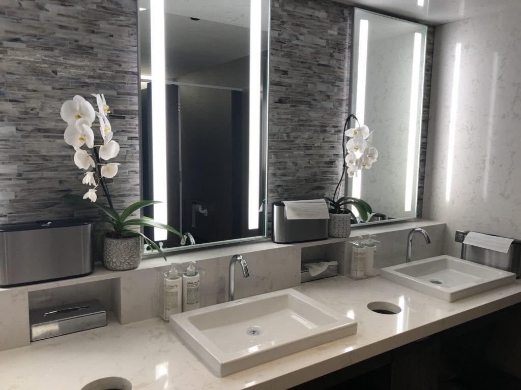 delta sky club phoenix bathroom